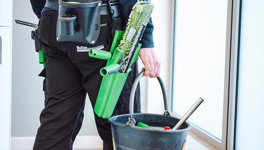 uitrusting medewerker schoonmaakbedrijf nellen