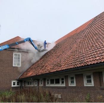 medewerker nellen schoonmaak volop dak aan het schoonmaken