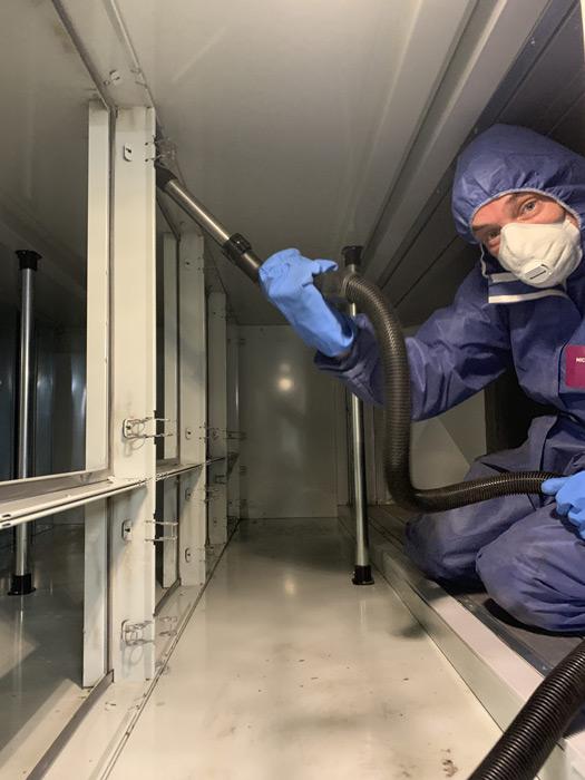 reiningen van lastig bereikbare plekken schoonmaker met overal en mondkapje