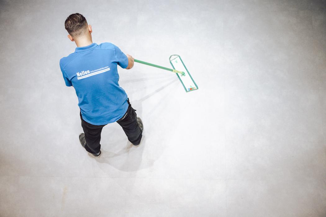 vloerreiniging door medewerker van nellen schoonmaak
