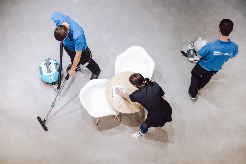 medwerkers nellen schoonmaakbedrijf aan het werk