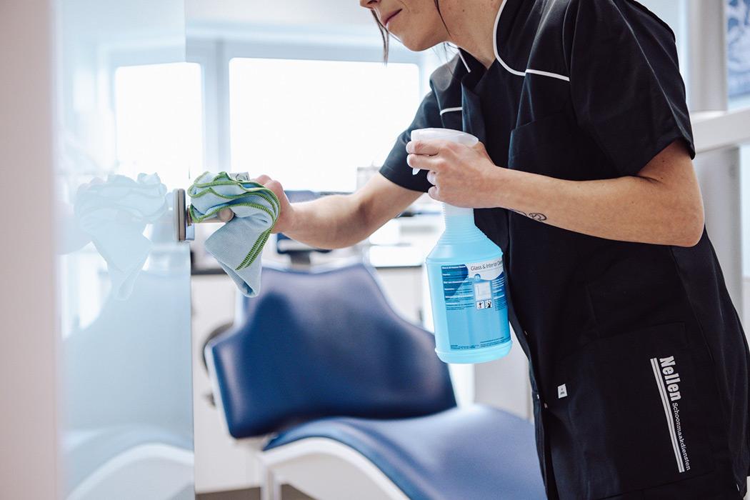 vacature interieurverzorger schoonmaker maakt tandartspraktijk schoon