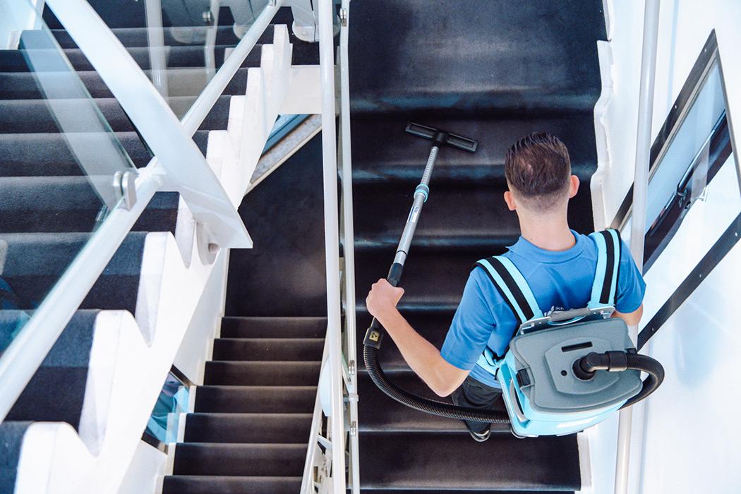 trappengang schoongemaakt door medewerker van nellen schoonmaakdiensten