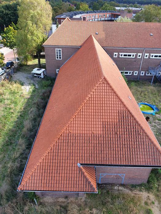 groot dak schoonmaken voor en na vanuit de lucht nellen
