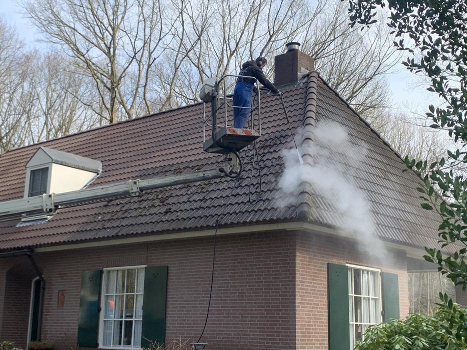 man reinigt dakpannen voor en na