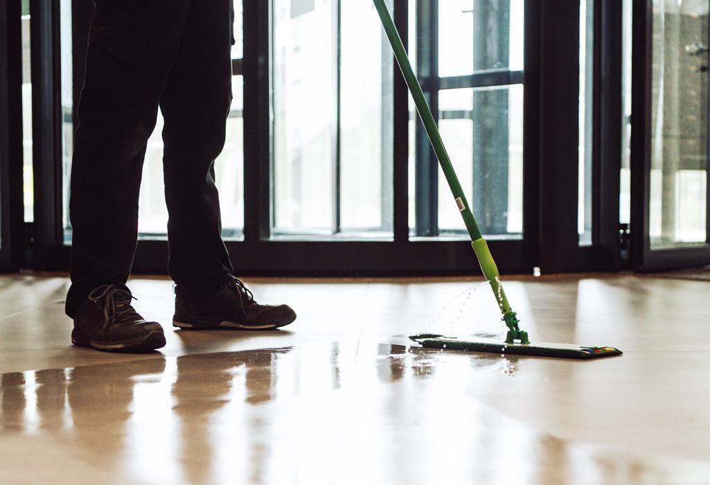 vloer dweilen met water nellen schoonmaak