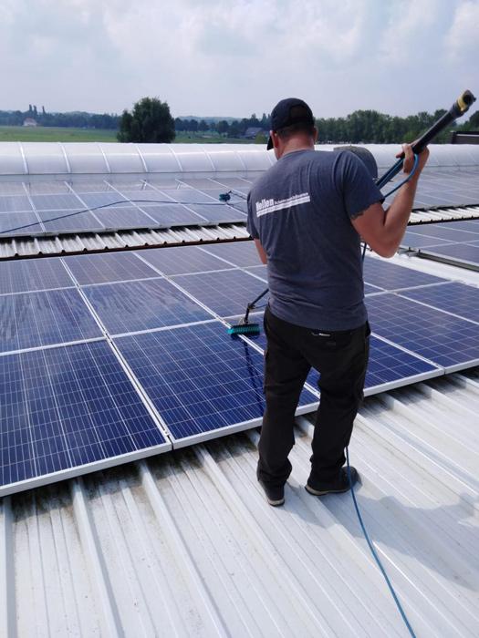 schoonmaker reinigt zonnepanelen nellen oss
